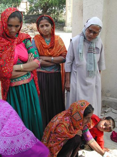 donne di habay che decorano saree